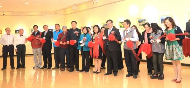 台灣之美攝影展,桃園市長鄭文燦(前右4)及來賓參加開幕剪裁。