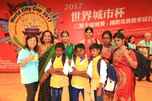 施美鈴(左)與印度老師及選手合影。