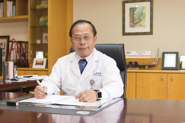 高雄醫學大學附設醫院院長侯明鋒為外科名醫、乳癌權威,有南台乳癌第一刀稱號。(高醫提供)