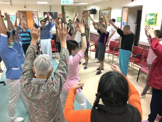 桃園療養院院精神科急性高齡病房鼓勵長者多運動。(記者徐乃義/攝影)