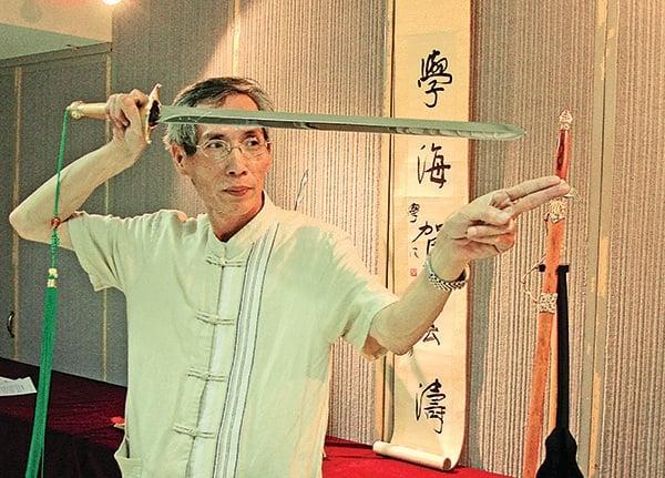 台灣鑄劍名師陳世聰,製作的寶劍不但可劈開岩石,且把劍彎曲後,能馬上彈回成一直線。陳世聰說,因為劍有磁場,練劍的人到最後可以心劍合一。(記者孫幗英/攝影)