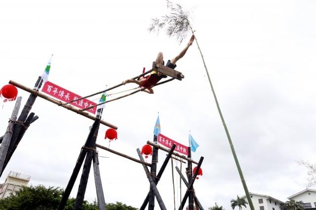 盪鞦韆競賽,是在鞦韆架的前方,豎立一根帶有青竹葉的竹篙,篙頂5米之處掛著一枚銅鈴。(記者曾漢東/攝影)
