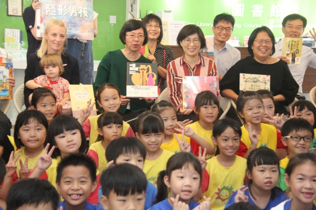 波蘭兒童人權展覽5日在台東文化處圖書館開展。(台東縣政府提供)