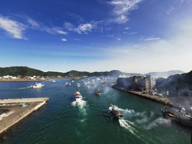 南方澳百艘船舶海上繞境出發。(宜蘭縣政府提供)