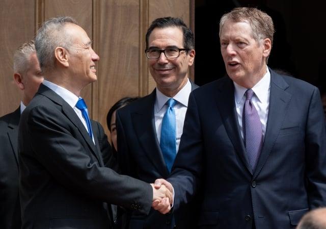 美中雙方均表示,在正式貿易會談之前,工作組會議將在9月中旬召開,為部長級磋商取得實質性進展做準備。圖為5月初,劉鶴赴美談判。(SAUL LOEB / AFP)