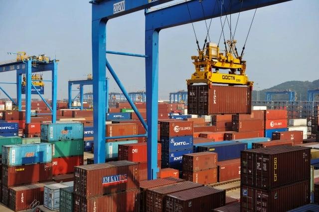 中國通白邦瑞表示,美方擁有多個籌碼,應對貿易戰的壓力低。圖為中國一港口。(STR/AFP/Getty Images)