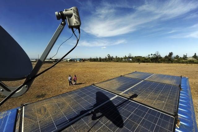 2011年1月27日,一輛由貨櫃改裝、太陽能板供電的「行動網路咖啡館」,停駐在距離肯亞首都奈洛比約25公里的村莊Embakasi。(AFP/Getty Images)