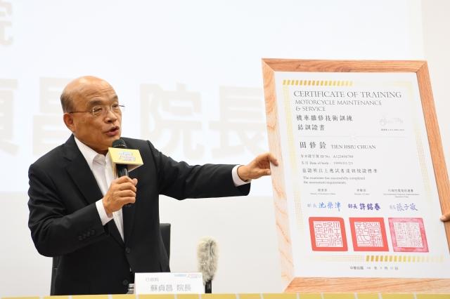 行政院長蘇貞昌表示,為鼓勵傳統機車行學習電動車維修技術,政府會發給勞動部、經濟部、環保署3個部會首長共同蓋章認證的證書,成為店面活招牌。(行政院提供)