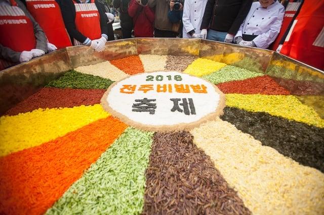 現場製作特大型「全州拌飯」。(韓國觀光公社提供)