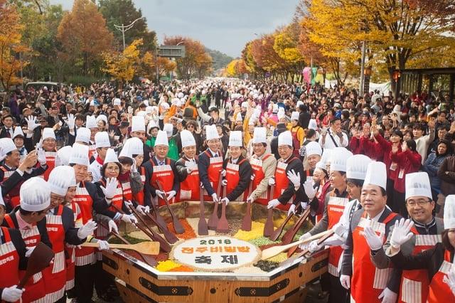 全州拌飯節現場製作特大型拌飯,讓市民與旅客一同享用。(韓國觀光公社提供)