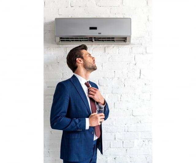中醫將中暑分成「陽暑」與「陰暑」,頻繁進出冷氣房的大溫差環境就可能出 現冷氣病,而有類似小感冒症狀,像是疲倦感、身體微熱卻沒出汗,或是頭悶痛等身體不適。(123RF)