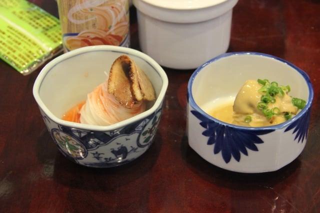 胡麻鴨肉涼麵(右)及梅子鴨肉涼麵。