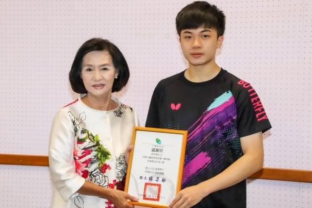 林昀儒(右)捐20萬  贊助宜縣學童營養午餐經費。(宜蘭縣政府提供)