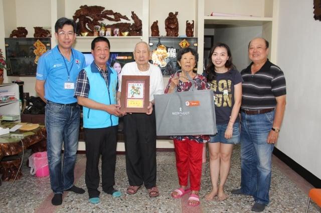 台東市長張國洲(左2)表揚結婚67年鑽石婚的莊阿水、莊吳碧桃夫妻。(台東市公所提供)