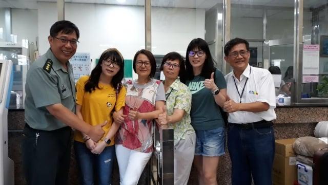 長庚醫院工作的優秀校友潘媽媽(右二)表示,長庚科大優質的學習環境讓家長十分放心。