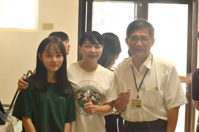 擔任藥廠經理的校友賴媽媽(右2),攜女返回母校就讀,希望延續長庚優良傳統。