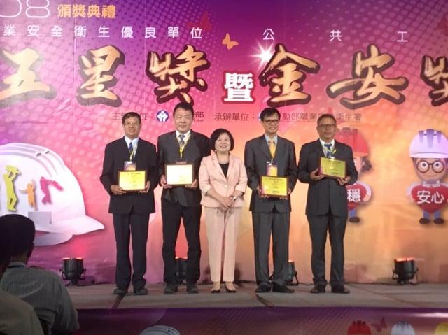 第一河川局陳健豐局長(左1)參加頒獎典禮。(第一河川局提供)