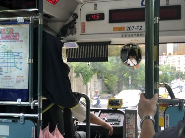 李媽媽8月15日搭公車時,看到司機協助一位乘客搬嬰兒推車上車,讓李媽媽直呼,司機好貼心喔。(李媽媽提供)