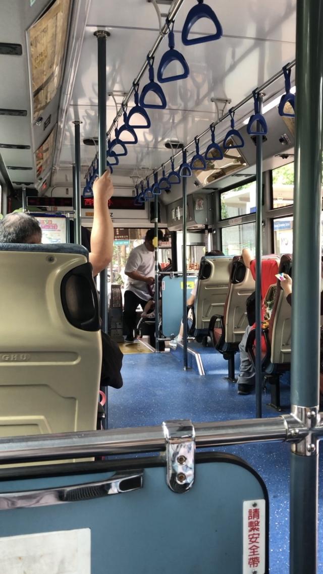 李媽媽8月15日搭公車時,看到司機協助一位乘客搬嬰兒推車上車,讓李媽媽直呼,司機好貼心喔。