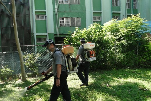 擴大為院區綠地定期滅蚊計畫,使社區民眾於晨昏時段來院區散步時,免於蚊蟲叮擾。(桃園療養院提供)
