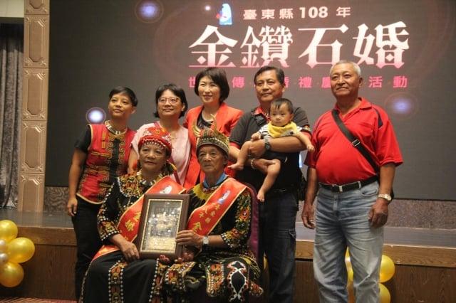 傳承家庭價值,台東表揚50對金鑽石婚夫妻。