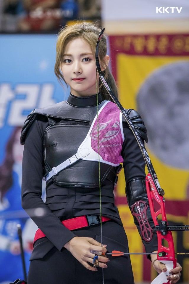 TWICE的台灣成員周子瑜參與《2019中秋特輯偶像運動會》射箭項目。(KKTV提供)