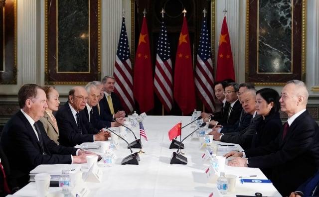 圖為2019年2月21日美中兩國談判代表在華盛頓舉行貿易談判。(MANDEL NGAN / AFP)