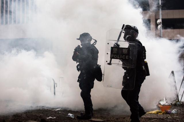 香港16日發表聲明,警告反送中示威者,港警可能會使用實彈槍械來對付他們。民權觀察呼籲雙方保持克制。(ISAAC LAWRENCE / AFP / Getty Images)