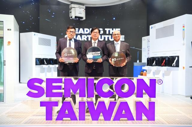行政院副院長陳其邁(中)18日出席SEMICON Taiwan國際半導體展。(行政院提供)
