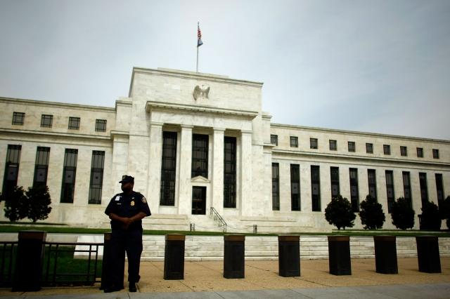 聯準會週三(9月18日)下午2點宣布削減聯邦基準利率以及超額準備金率,因未解決流動性問題以及釋放模糊的年內不會再降息的信號,道指下跌200點。(Somodevilla/Getty Images)