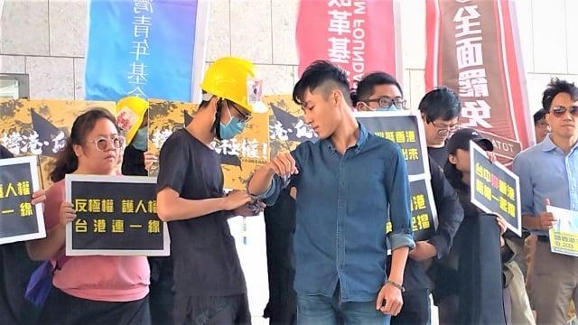 港生為台青年綁上布條,象徵台港連線抗共。
