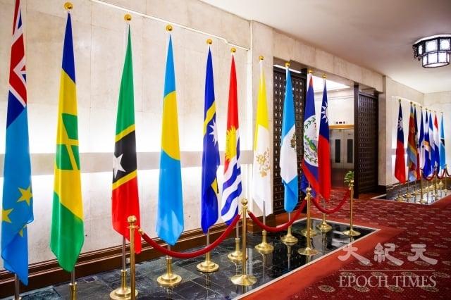 中華民國外交部大廳,左6為吉里巴斯國旗。(記者陳柏州/攝影)