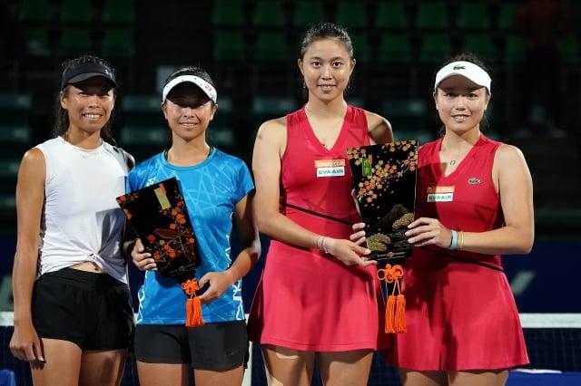 詹詠然(右1)、詹皓晴(右2)擊敗謝淑薇(左1)、謝語倢(左2)奪下泛太平洋女網女雙冠軍。(Getty Images)