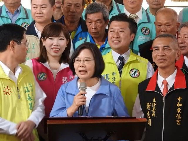 總統蔡英文(前中)22日前往新北市中和區拜廟,她強調台灣不接受一國兩制。(中央社)