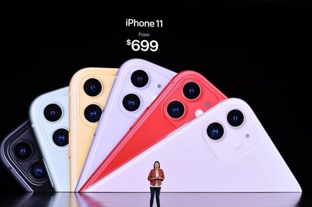 蘋果iPhone 11有6種顏色可選,從699美元起跳。(JOSH EDELSON/Getty Images)