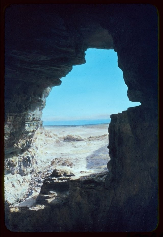 從發現死海古卷的一個洞穴裡可以望見外面的死海。(維基百科)