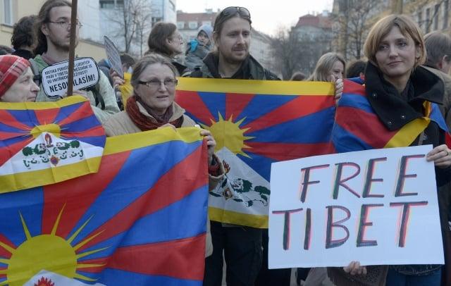 圖為2009年3月10日捷克首都布拉格,抗議中共迫害西藏人的遊行。(AFP/Getty Images)