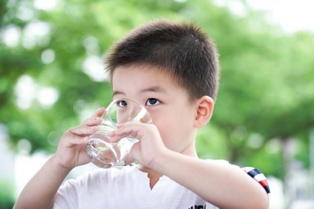 為了身體健康,優先選擇水來飲用。