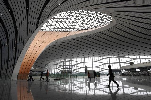 大興機場採用全程智能身分識別,將成為史上監控最嚴厲的機場。圖為大興機場一景。(Getty Images)