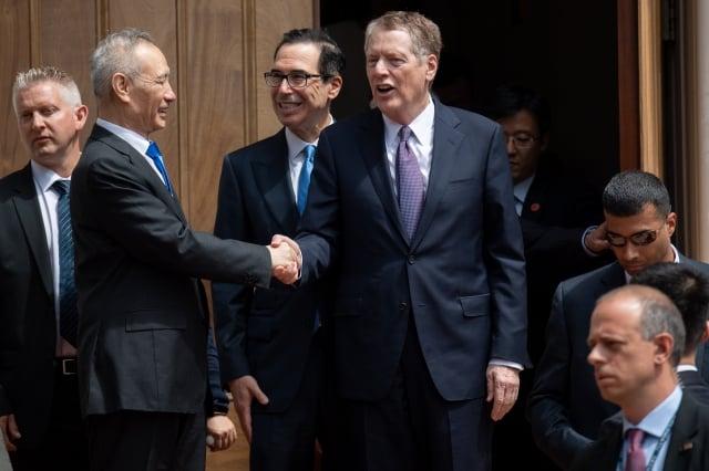圖為5月初劉鶴赴美談判。(SAUL LOEB/AFP)