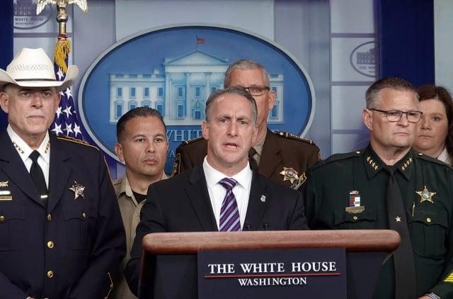 美國移民和海關執法局代理局長阿爾邦斯(中)9月26日在白宮舉行記者會。(記者亦平/攝影)