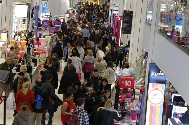 在美國購物可以買到在中國無法買到的、或價格太高、或不太可靠的商品,美國豐富的商品也是吸引中國遊客的原因之一。圖為位於紐約市的梅西百貨。(KENA BETANCUR / AFP)