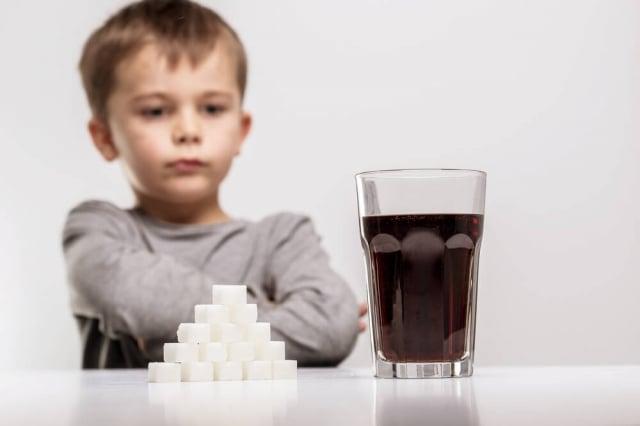 醫院輸液的點滴,其葡萄糖濃度不到5%,當作病弱者恢復體力的養分,飲料中超過10%的葡萄糖果糖的濃度,如果空腹大量進入人體,並且經常飲用,是非常危 險的。(Fotolia)