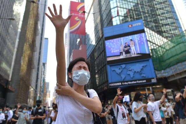圖為10月4日參與「反緊急法遊行」的香港民眾。(Nicolas ASFOURI / AFP)