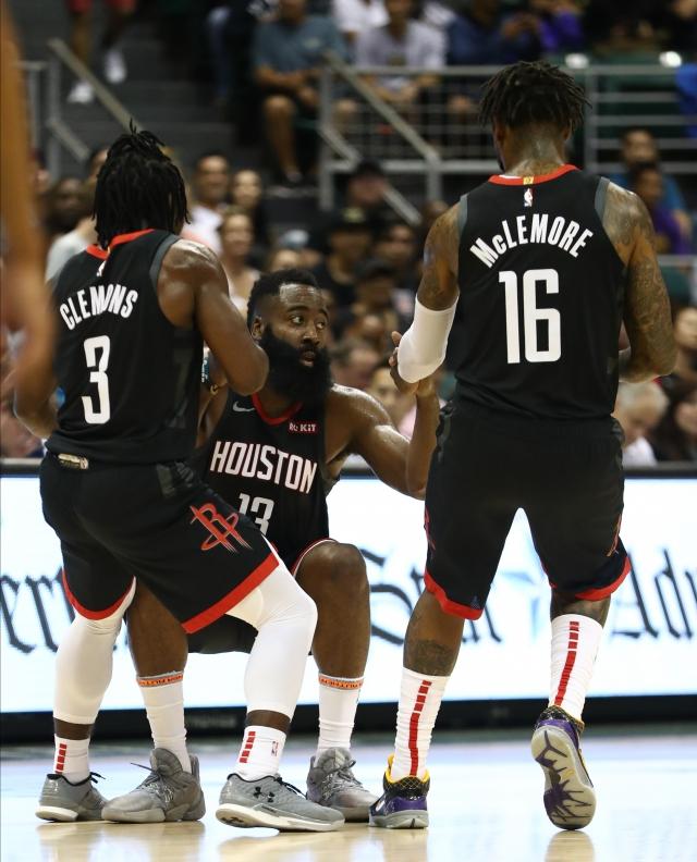 比賽中若有球員倒地,倒地球員通常會等待隊友過去拉起自己,以顯示隊內團結。(Getty Images)