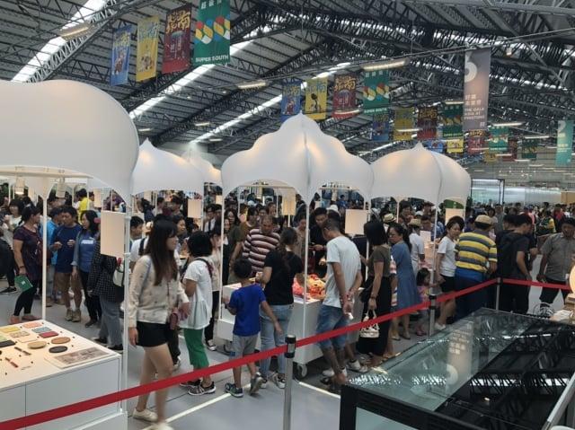 台灣設計展首日參觀人潮突破20萬人次,創下歷屆紀錄。(屏東縣政府提供)