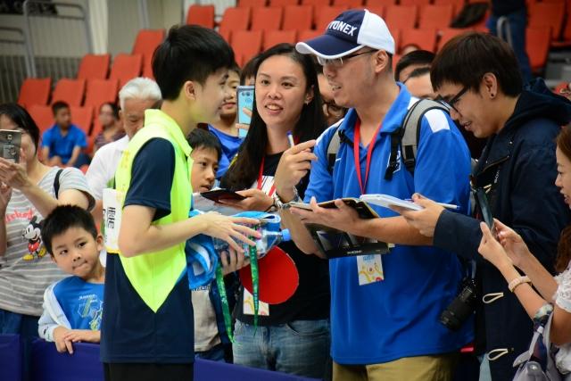 林昀儒針對粉絲賽後想要簽名、合影也來者不拒