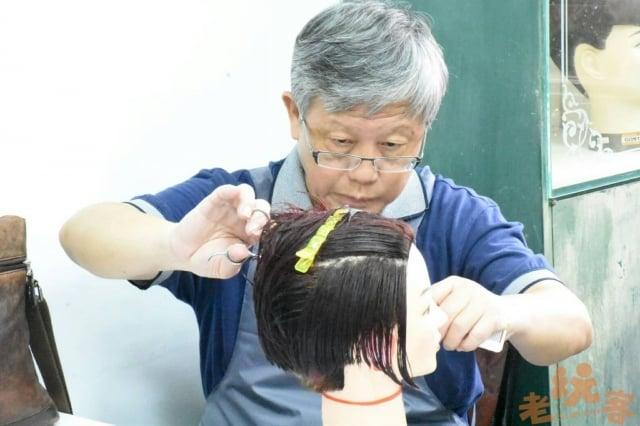 自工業技術研究院退休的學員劉大哥,為了剪出具設計感的髮型,常回家練習超過6小時,最後的成品令老師十分讚賞。