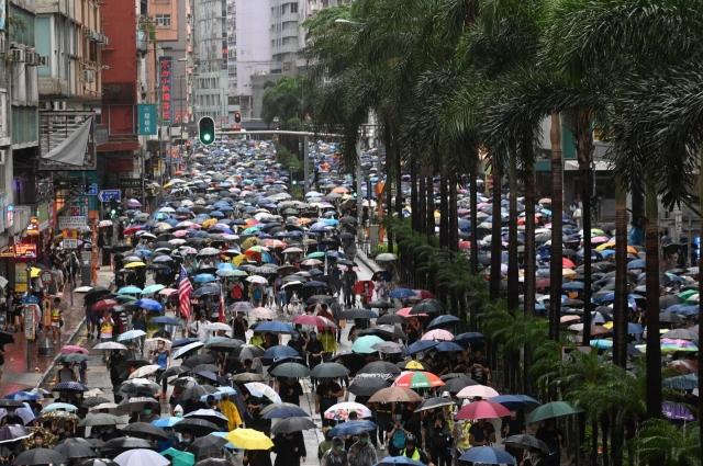 香港政府持續打壓反送中事件,使得香港政經局勢出現動盪,有半數港人正考慮移民,其中高達2/3的年輕人急於出逃。圖為10月6日香港反禁蒙面法遊行。(記者文瀚林/攝影)