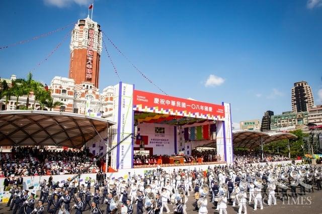 中華民國中樞暨各界慶祝108年國慶大會10日在總統府前舉行,圖為三軍聯合樂儀隊表演。(記者陳柏州/攝影)